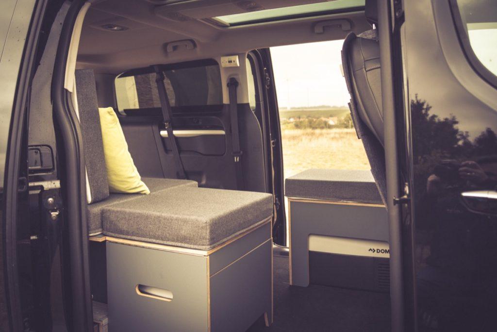 Camping mit Rollstuhl: Campingbus Peugeot Traveller für Rollstuhlfahrer - individuelle Module von Vanside.