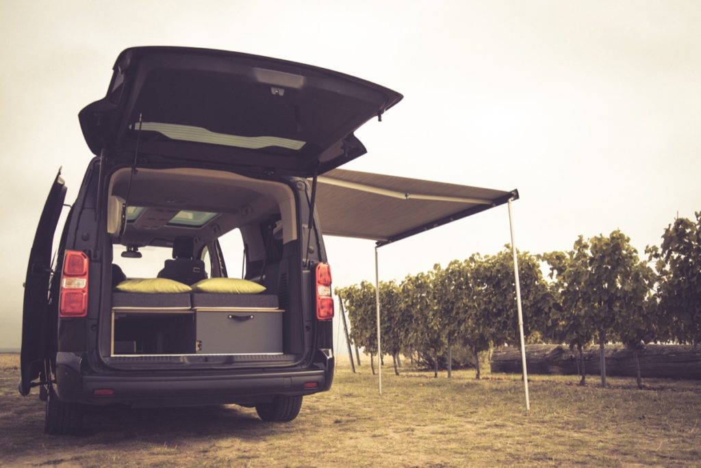 Camping mit Rollstuhl: Der Peugeot Traveller als Campingbus für Rollstuhlfahrer